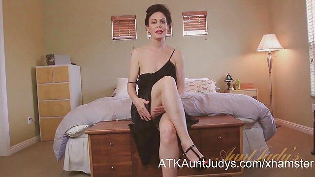 XXX nessuna registrazione  Una giovane donna cattura un uomo massaggi porno film maturo il suo cazzo a letto.