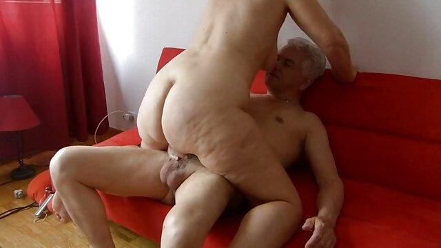 XXX nessuna registrazione  Giovane lesbiche bacio passionately in letto e massaggi sexi video ottenere stoned