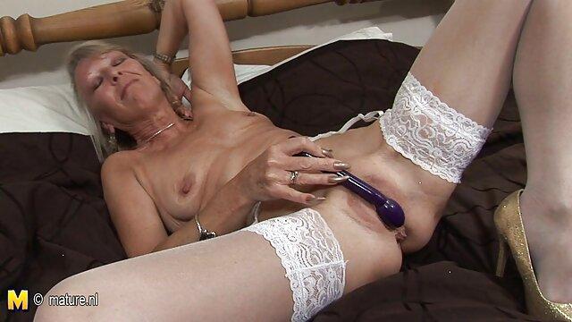 XXX nessuna registrazione  La padrona ha sculacciato una giovane bionda filmati massaggi erotici con le cinghie sul divano e ha la figa giusta.
