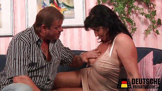 XXX nessuna registrazione  Una donna massaggi sex gratis latina matura paffuta cavalca un fallo grasso.