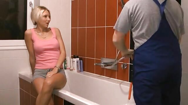 Adulto nessuna registrazione  Una donna matura tira le mutandine di lato e affamati tira la sorella con un dildo in porno film massaggi L.