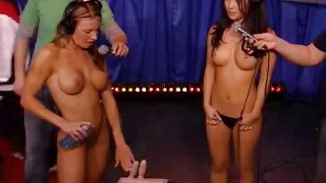 XXX nessuna registrazione  Busty babe massaggi erotici video italiani mostra la masturbazione in bagno.