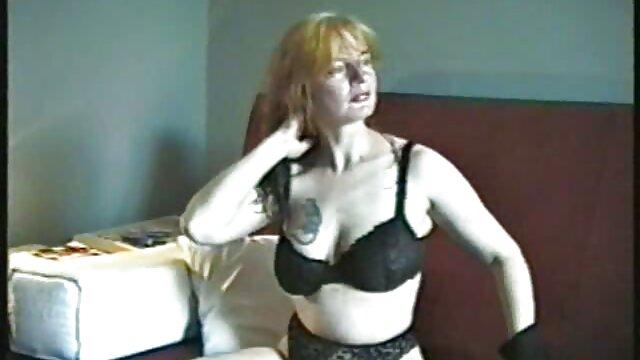XXX nessuna registrazione  Una bionda matura mette massaggio hot porno le mutandine da un lato e prende un cazzo al suo fianco.