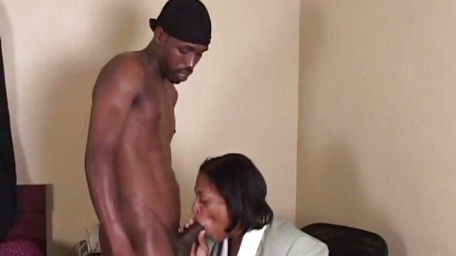 XXX nessuna registrazione  Legato maturo bruna in calze è costretto a sedersi su una macchina del sesso video massaggi erotici cinesi