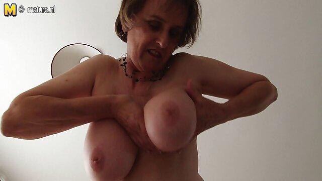 XXX nessuna registrazione  Una bella ragazza massaggi porno in hd a casa accarezzando delicatamente con un dildo sulla macchina fotografica.