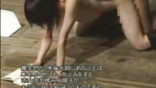 XXX nessuna registrazione  Una ragazza disperata scopa porno massaggio erotico al tavolo e si siede con un ragazzo.