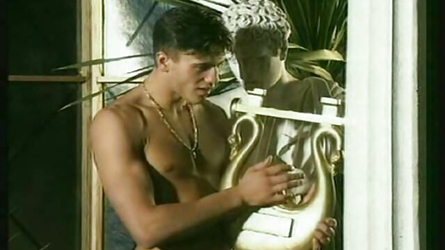 XXX nessuna registrazione  Una giovane cagna, in pubblico, si spoglia davanti massaggi molto erotici a una webcam e si masturba con L.