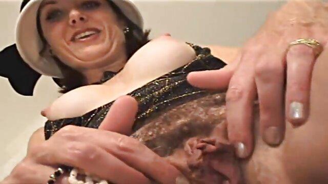 XXX nessuna registrazione  Una giovane troia con un culo lussureggiante fa un pompino per un massaggio eccitante video passaggio a casa.