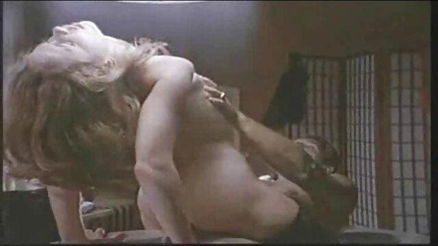 XXX nessuna registrazione  Giovane giocoso Asiatico in calze, film massaggi porno sorella di una persona sul divano