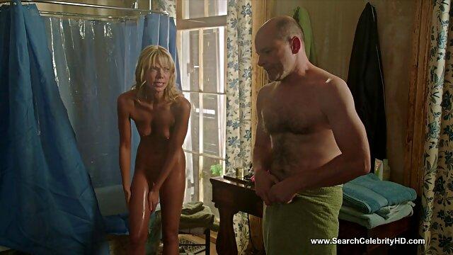XXX nessuna registrazione  La bionda adulta con grandi tette si masturba il cazzo del ragazzo con le mani e le video massaggio erotico tette