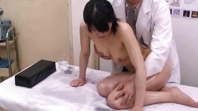 XXX nessuna registrazione  Ragazze in Pelle lingerie Giovane Asiatica massaggio eccitante video strofinando il suo L. lentamente con le dita