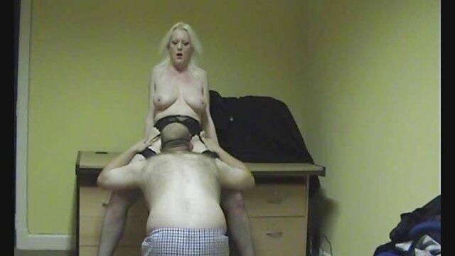 Adulto nessuna registrazione  Bruna con affascinante rossetto si masturba con una persona su massaggi xxx video un monitor di rete guardato