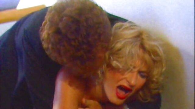 XXX nessuna registrazione  Una ragazza affascinante prendere in giro un cazzo jock massaggi erotici porno