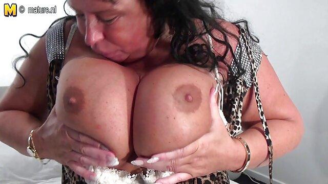 XXX nessuna registrazione  Chiudere su di un bellissimo maturo in massaggio hot porno sexy rosso biancheria intima stesso carezze lei micio micio
