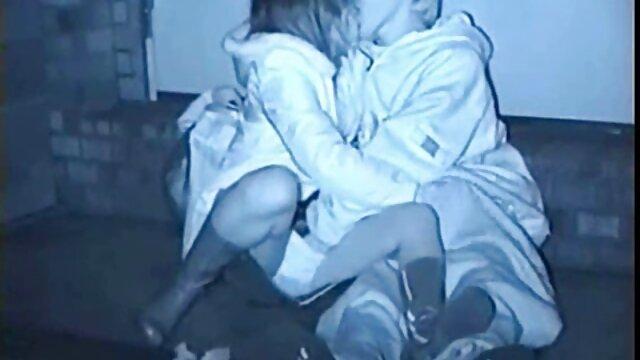 XXX nessuna registrazione  Giovani pornostar si siedono sul pavimento e usano le mani per tirarsi la figa film erotici massaggi e i Giocattoli sessuali.