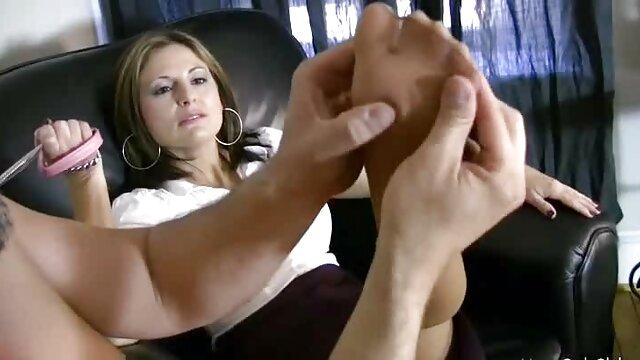 XXX nessuna registrazione  Due giovani video amatoriali massaggi erotici modelli porno fanno una persona unirsi a loro in una compagnia sexy