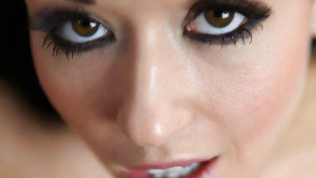 XXX nessuna registrazione  Una giovane donna spudorata che massaggio intimo video offre Sesso a un vicino maturo.