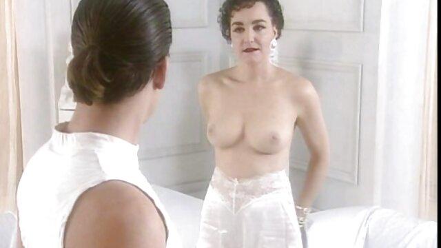 XXX nessuna registrazione  Una bionda matura video xxx massaggi si toglie i pantaloni di un uomo e ha il suo L. Un grosso cazzo con eccitazione