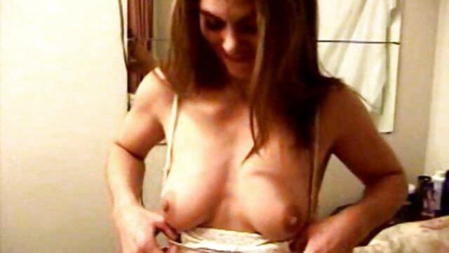 XXX nessuna registrazione  Le ragazze sono abituate a masturbarsi video hard massaggi cinesi sul tavolo della cucina.