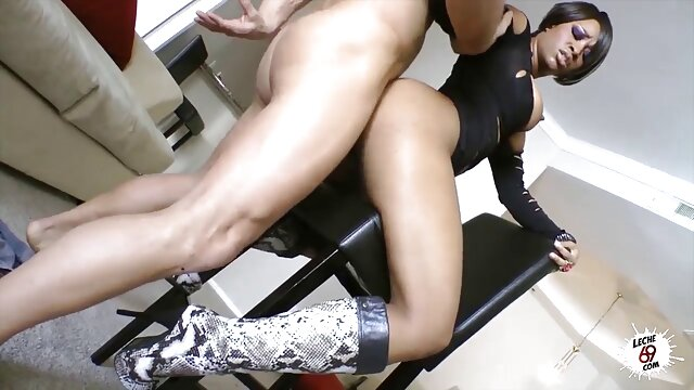 XXX nessuna registrazione  Il massaggio di un giovane atleta si è trasformato in un avido idiota sul pavimento. video hard massaggi cinesi