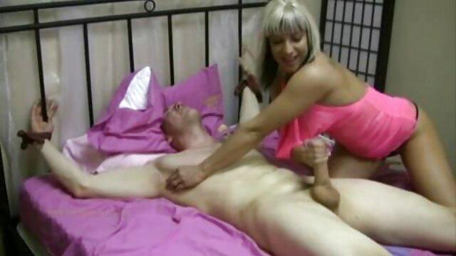 XXX nessuna registrazione  Un ragazzo video porno massaggi orientali nero ha messo un cazzo gigante nella figa della bruna cornea sul divano.