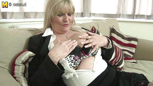 XXX nessuna registrazione  Joy Young entra nello spogliatoio e video massaggi erotici lesbo scopa un giocatore di football.