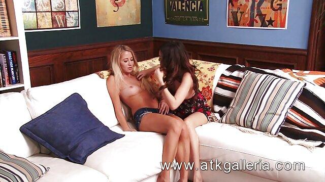 XXX nessuna registrazione  Mamma con una figa rasata si rilassa dalla massaggi erotici hard masturbazione in bagno