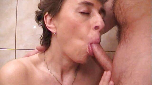 XXX nessuna registrazione  La donna nera si tolse un grosso dildo e raccomandò alla sua amica di giocarci. video massaggio integrale