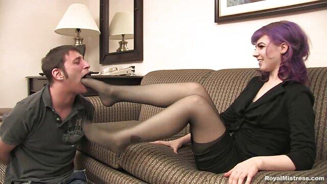 XXX nessuna registrazione  Una ragazza inesperta ha ovviamente massaggi sexi gratis un cazzo in bocca per la prima volta.