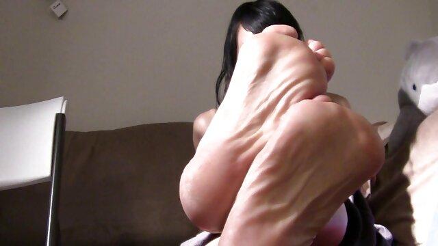 XXX nessuna registrazione  Donne Giapponesi Mature massaggi hot gratis costrette a succhiare il pene del marito, i loro tre amici e bere