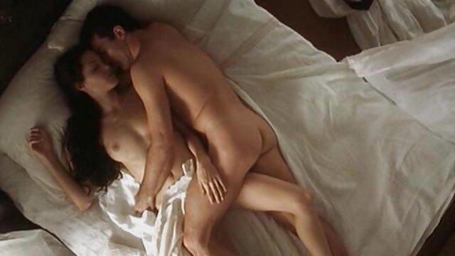 XXX nessuna registrazione  Giovani lesbiche messo in scena una commedia di guerra sul pavimento e passati massaggi sensuali porno al sesso.