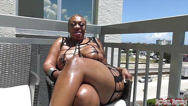 XXX nessuna registrazione  Una donna matura inginocchiata davanti a filmati di massaggi erotici suo marito e succhia il suo grosso cazzo.