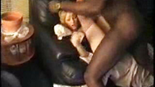 XXX nessuna registrazione  La giovane cagna Ebano si alza alla canzana di fronte a un uomo bianco sul porno massaggio erotico letto.