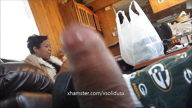 XXX nessuna registrazione  Una giovane ragazza nera con un culo succoso seduto con una L. porno italiani massaggi rosa su un cazzo in piedi