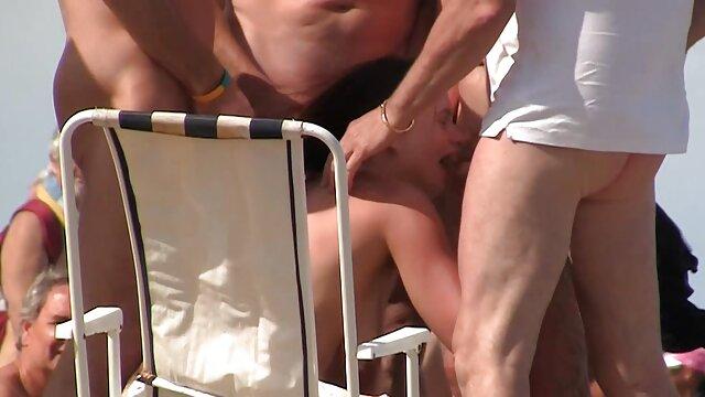 XXX nessuna registrazione  La bionda appassionata e insaziabile sta tirando duro su video massaggi hot gratis tre cazzi.